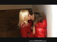 Teen Lesben schwören auf Muschi lecken