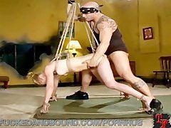 Bondage Sex extrem für die Blondine